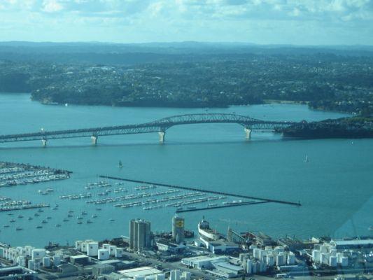Uitzicht Skytower op Harbour Bridge Auckland